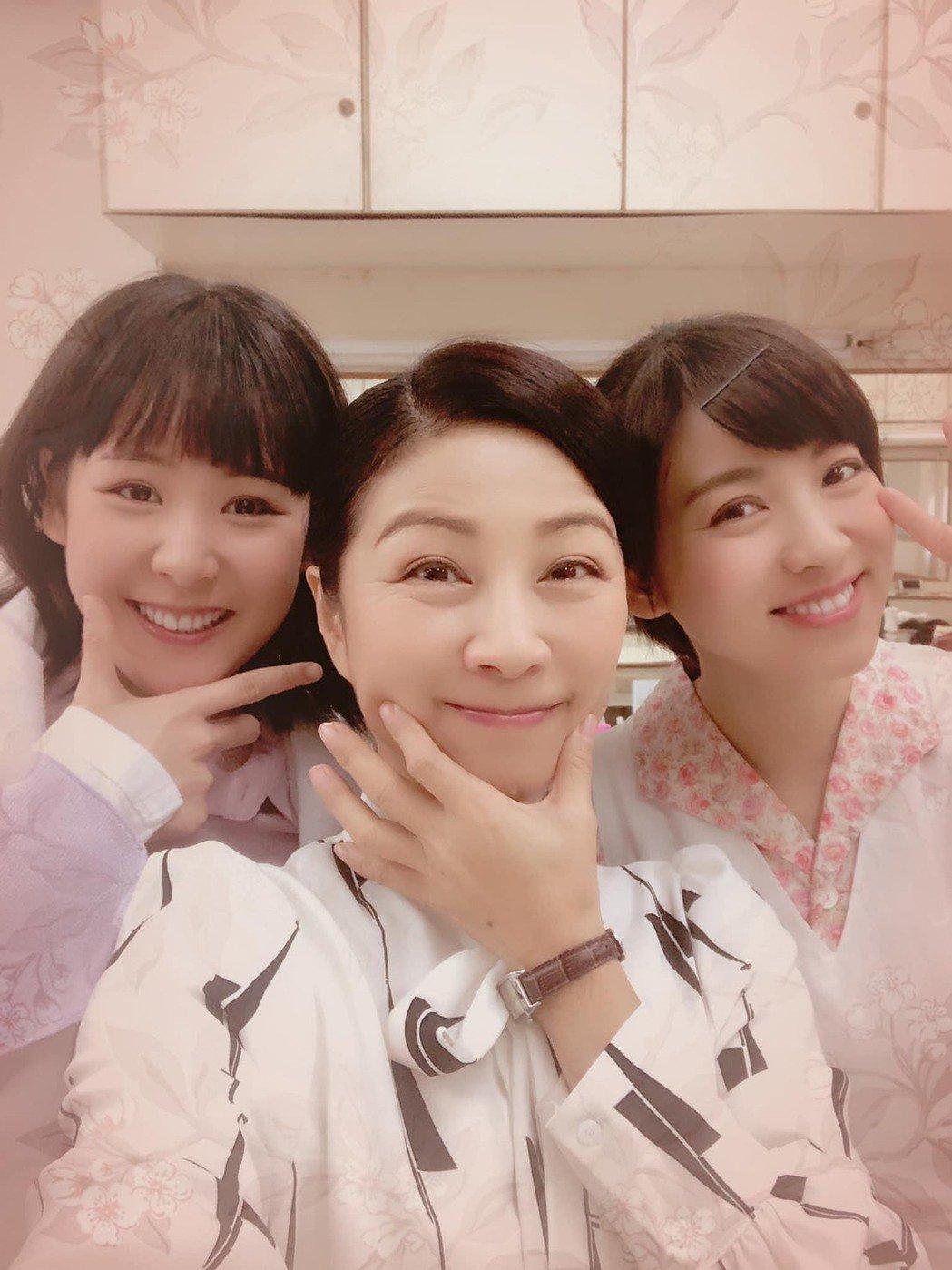 方文琳(中)和米可白因演出「生生世世」培養出好情誼,旁為演員何宜珊。圖/摘自臉書