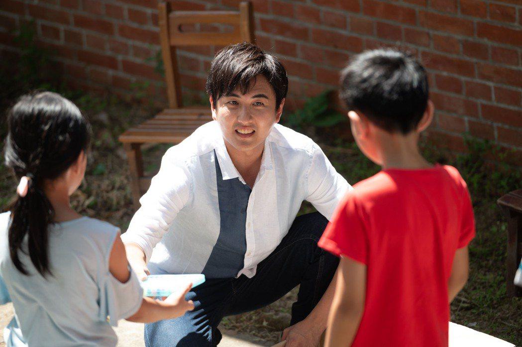 黃靖倫即將當爸,特別喜歡和小孩互動。圖/TVBS提供
