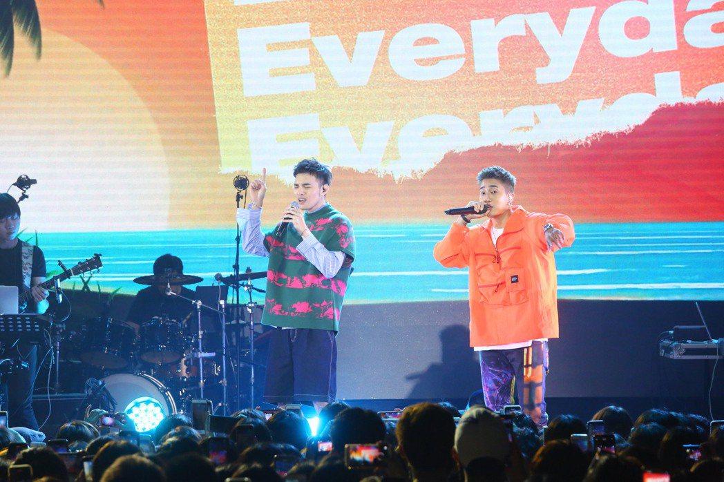 黃偉晉(左)與嘉賓婁峻碩首唱新歌「Everyday」。圖/愛貝克思提供