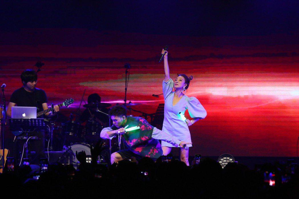 楊繡惠(右)為黃偉晉獻出演唱會嘉賓處女秀。圖/愛貝克思提供
