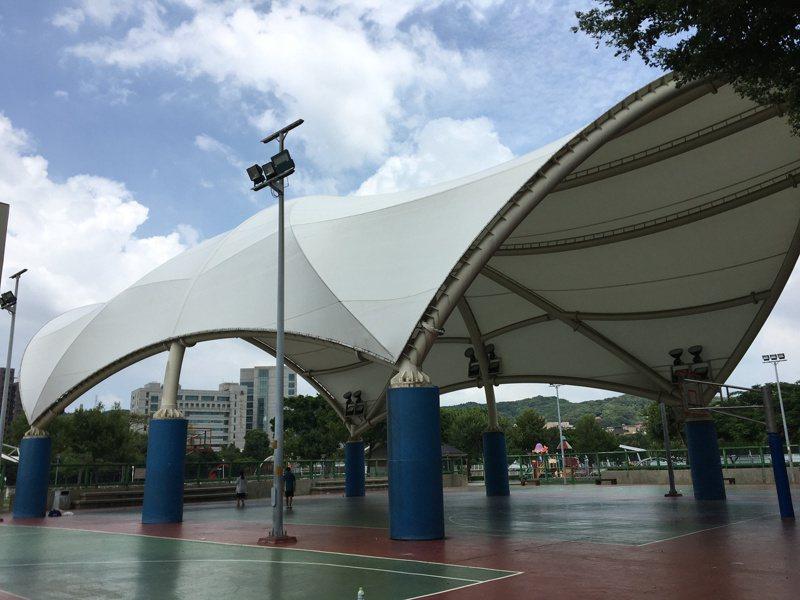 桃園市政府近年在公園、球場興建天幕設施,遭多名市議員質疑合法性。記者張裕珍/攝影