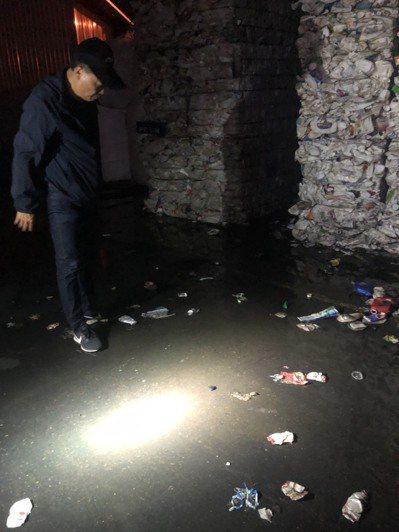 南投縣環保局稽查人員在南崗工業區工廠內,發現工廠清洗容器廢水因大雨汙染平山大排。圖/南投縣環保局提供