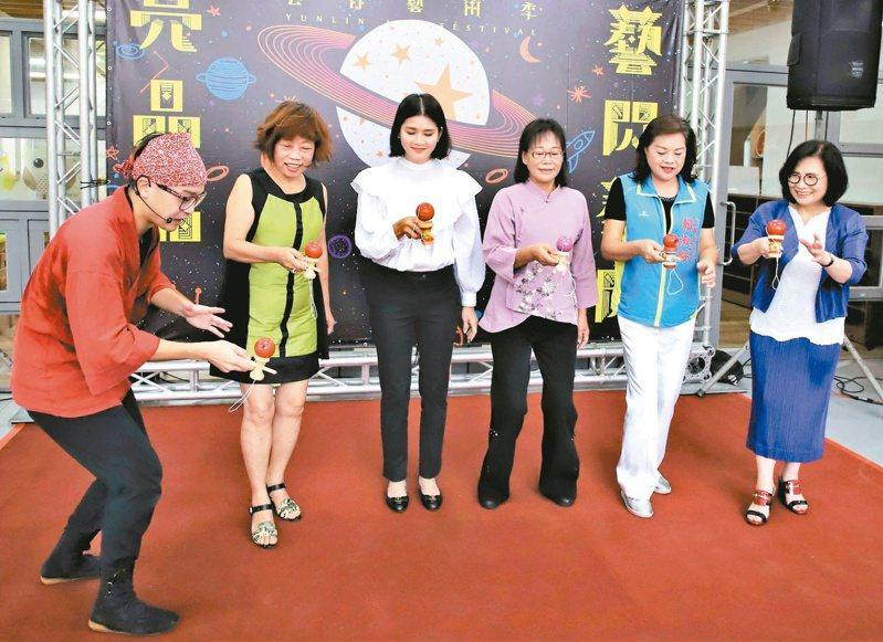 擁有日本5段、國內7段知名的劍玉師「小螺絲」陳益銓(左)教大家玩劍玉,為雲林藝術季暖身。 記者蔡維斌/攝影