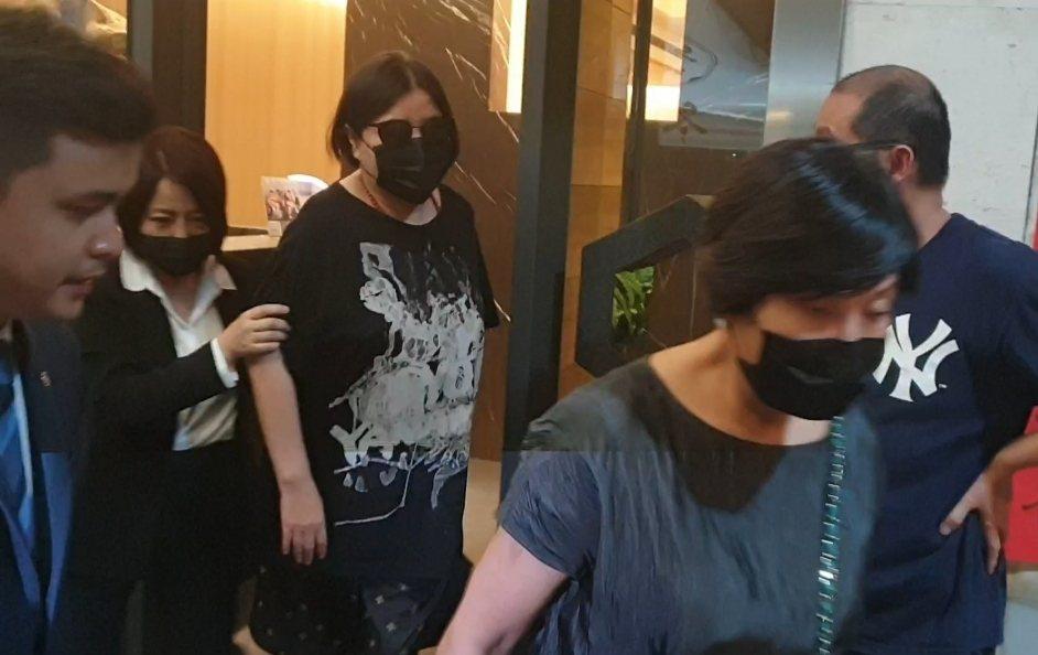 邱瓈寬戴著墨鏡和口罩離開追思會場。記者李姿瑩/攝影