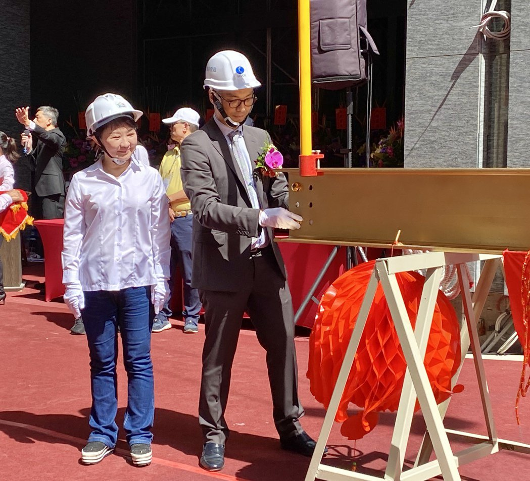 冠德建設董事長馬志綱(右)7月初才與台中市長盧秀燕(左),主持台中捷運首件聯合開...