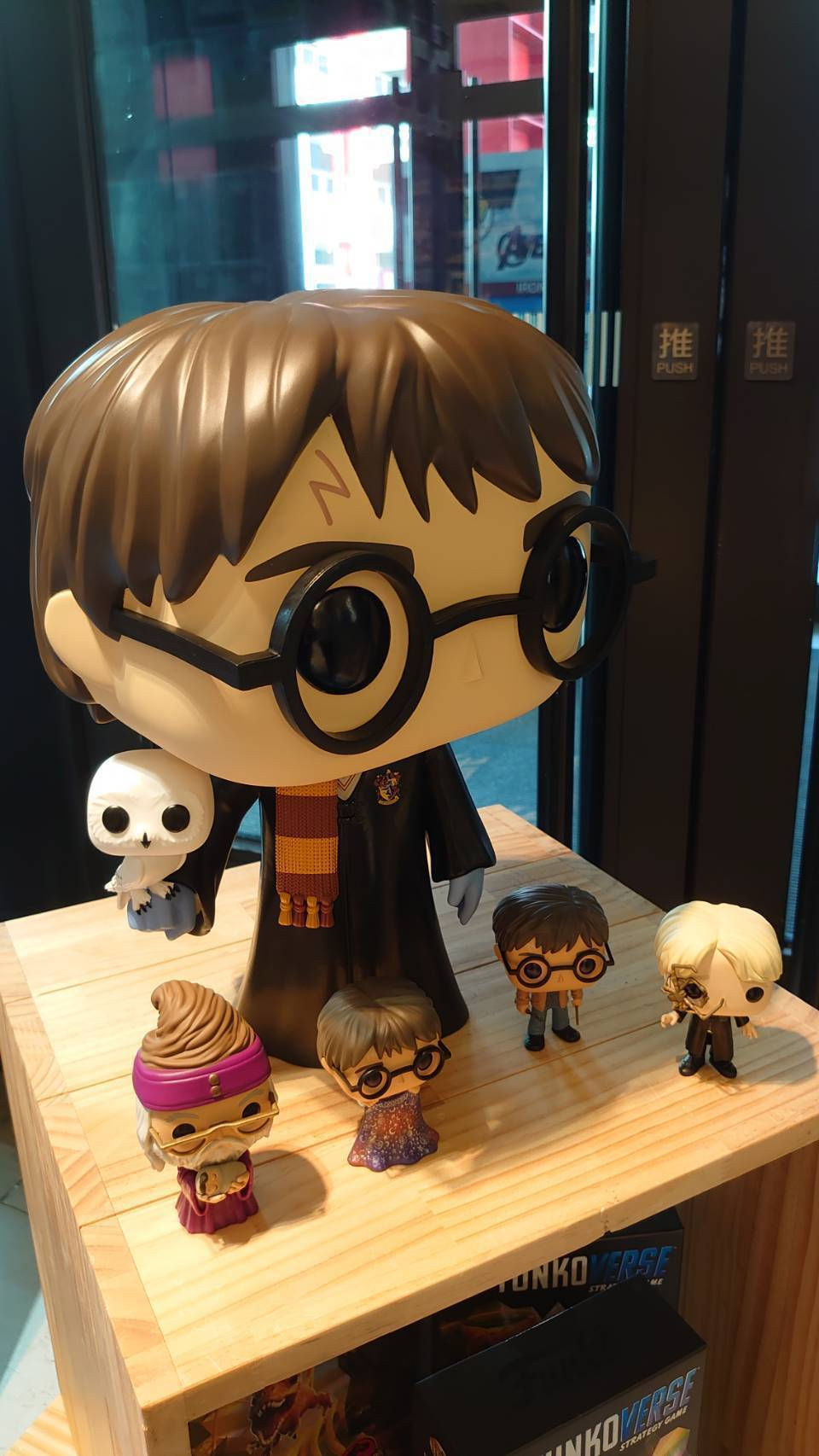 店中展售唯一的18吋哈利波特公仔,主角哈利波特身上的圍巾和臉上紋路都栩栩如生。記...