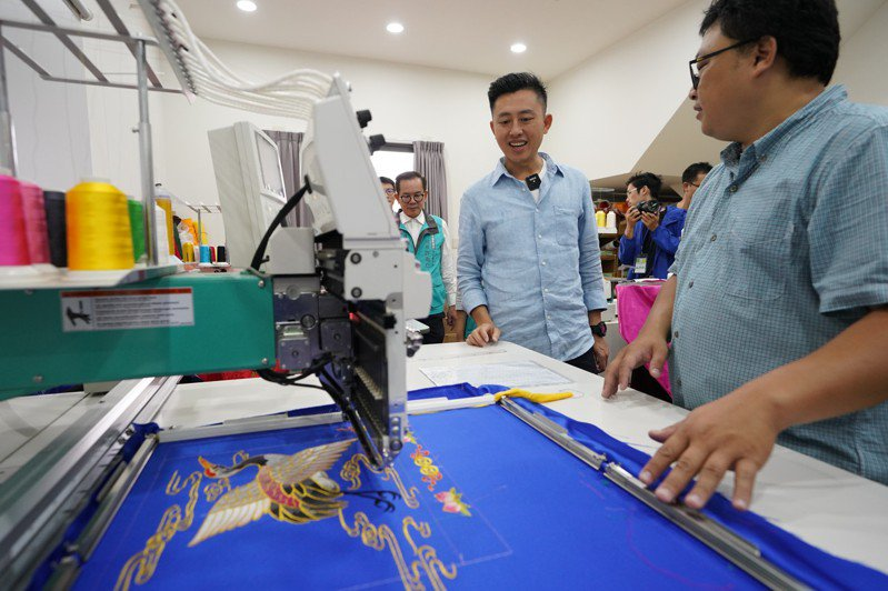 新竹市長林智堅(左)完成五天的「設計力,請你幫幫忙」環台行程,在嘉義見證刺繡化為創意商品。圖/新竹市府提供