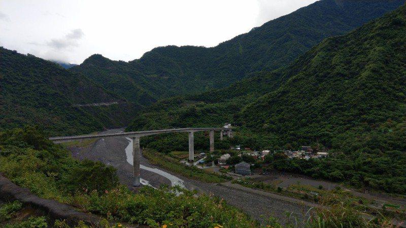 目前台灣橋墩最高的橋梁位在屏東縣霧台鄉的谷川大橋。 圖/屏東縣府提供