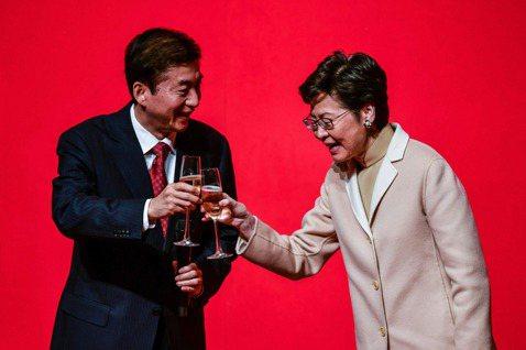 被制裁的兩人:香港特首林鄭月娥(右)與中聯辦主任駱惠寧(左)。 圖/法新社