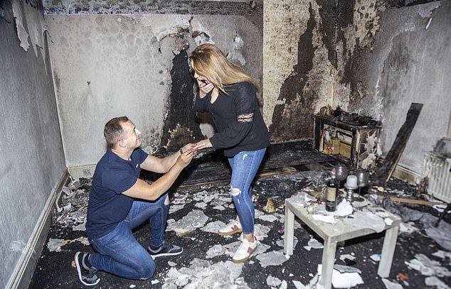 恩德魯在客廳點100根蠟燭打算向女友求婚,卻意外燒毀整間屋子。圖擷自Daily News