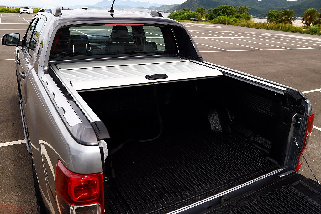 捲簾不僅能全數收納、敞開以及上鎖,透過三段式調整還可以彈性運用後車斗置物空間,且...