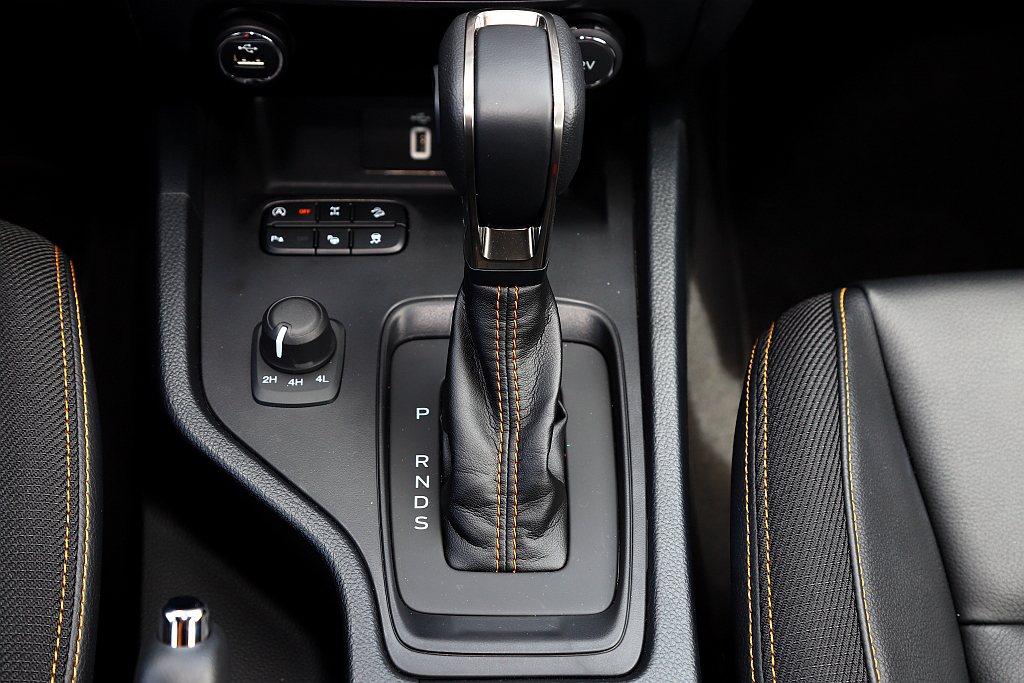 透過多檔位的SelectShift十速手自排變速系統,大幅減少柴油渦輪引擎的毛躁...