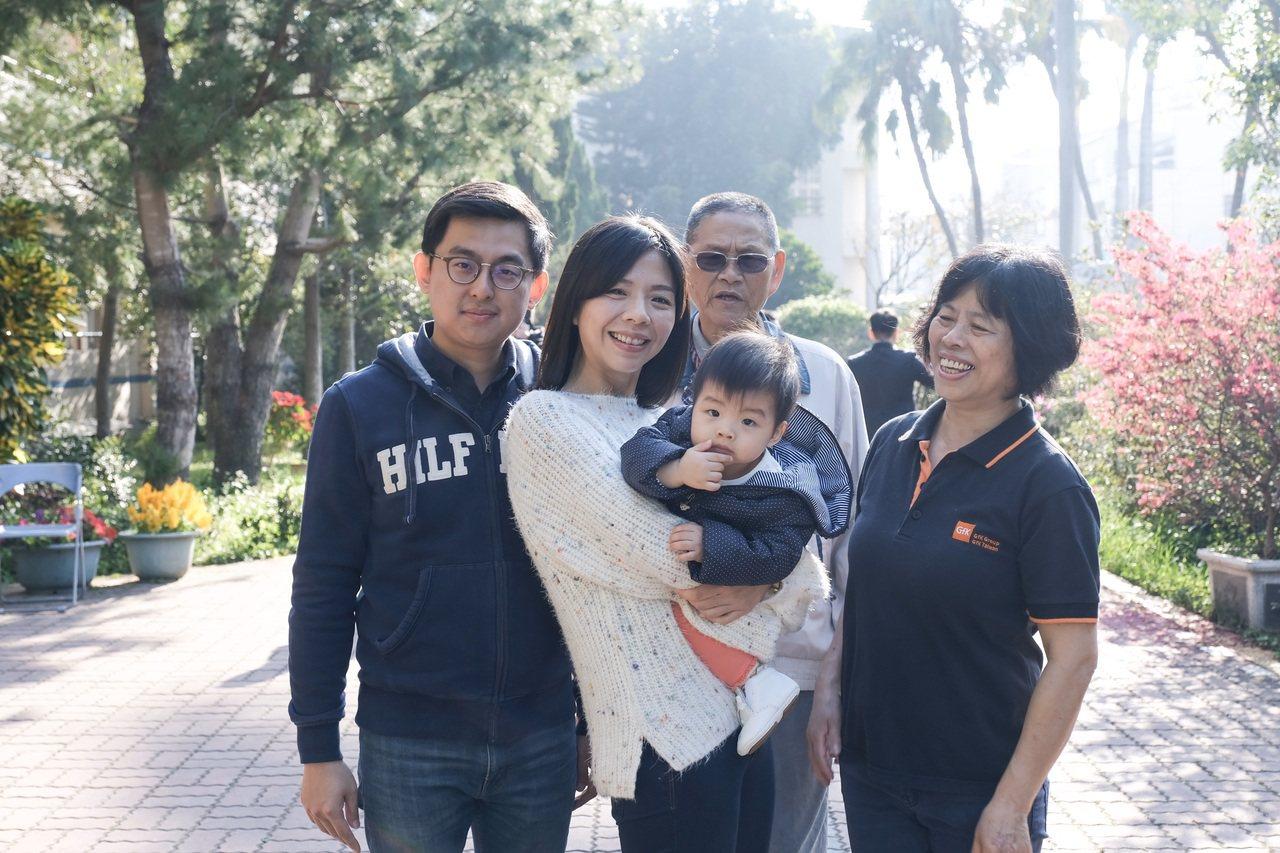 卓冠廷與妻子洪慈庸、洪爸、洪媽及女兒,一家人和樂融融。 圖/余采瀅 攝影