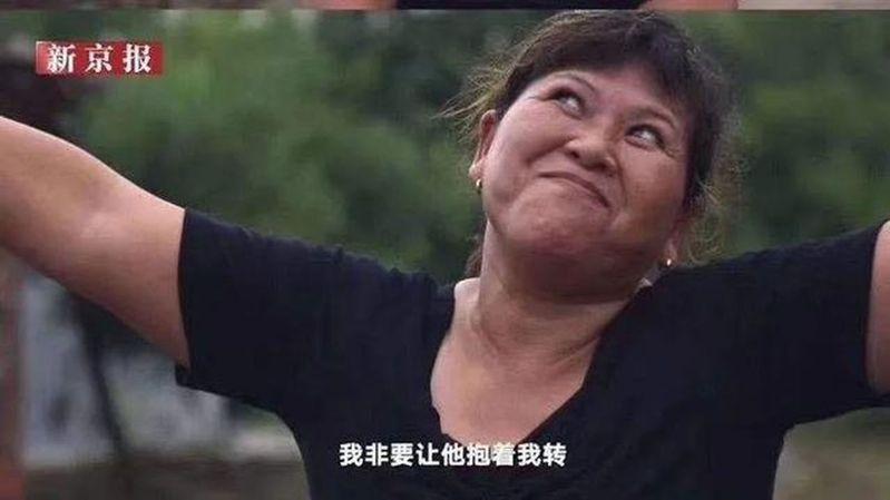 被羈押9778天的張玉環日前被宣判無罪後回到江西老家,一路不離不棄的前妻宋小女(圖)又哭又笑的模樣,在網上被群眾拿放大鏡檢視。圖/截圖自影片