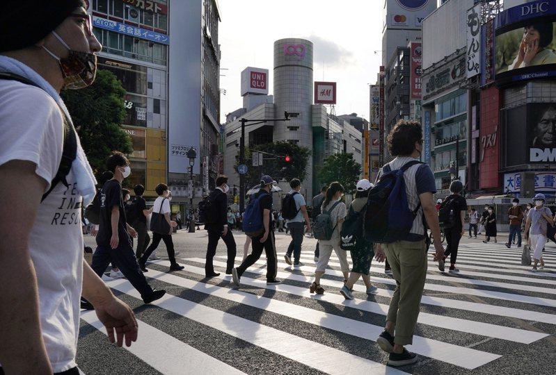 日本東京都2019冠狀病毒疾病(COVID-19)疫情持續維持高檔,今天單日再新增429例,連續兩天逾400例;近期疫情延燒的沖繩縣也新增84例,累計病例數968例,逼近千例大關。 歐新社