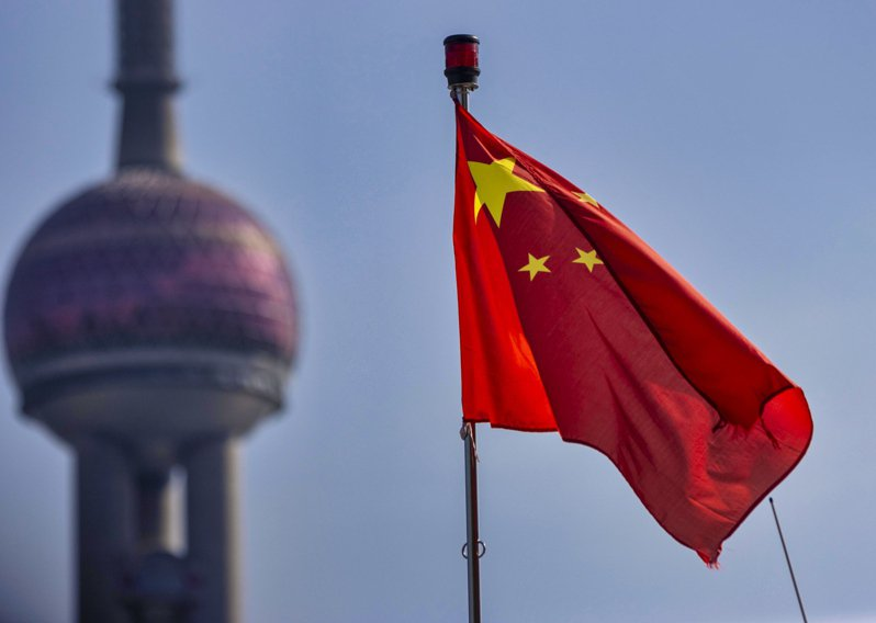 今天召開的中國全國人大常委會將首度審議「國旗法修正草案」,增列禁止倒掛五星旗與隨意丟棄五星旗。 歐新社