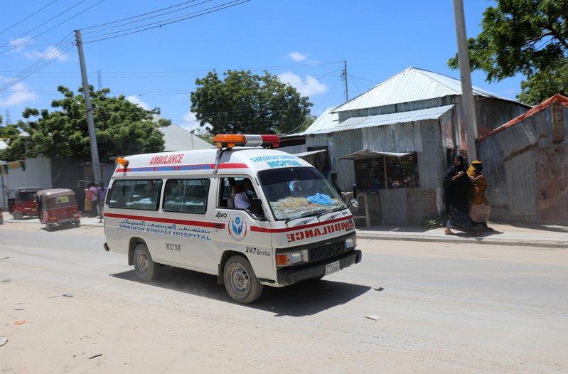 索馬利亞首都摩加迪休一座軍事基地今天遭到自殺炸彈攻擊,救難人員表示,爆炸造成至少8人死亡、14人受傷。 路透社
