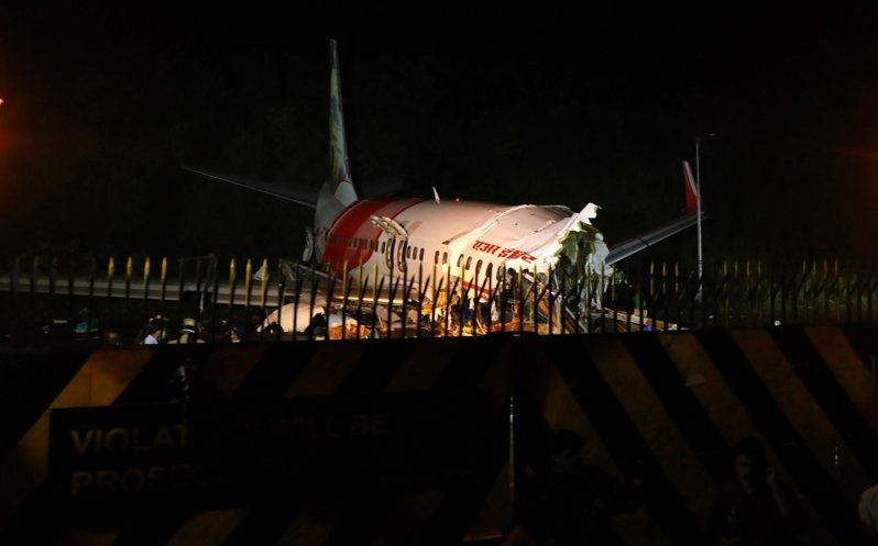 印航快捷航空撤僑專機昨天降落克勒拉省機場時發生意外,當局在現場善後的同時,發現1名罹難乘客確診感染新冠肺炎,當地政府已追蹤參與救援的人員,要求他們自行隔離。 新華社