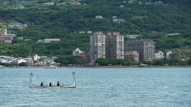達悟族紀錄片導演夏曼·米紗固(阿凱)與族人划著拼板舟到淡水齊柏林空間。圖/齊柏林基金會提供