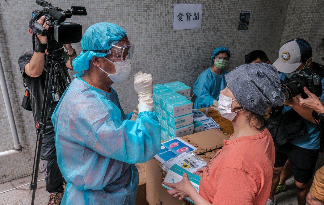香港政府決定為全體港民做免費自願的新冠病毒檢測。圖為港府工作人員已在昨天展開前期...