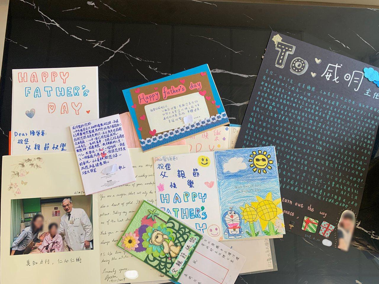 陳威明每回父親節總收到病患寄來的問候卡片。記者吳貞瑩/攝影