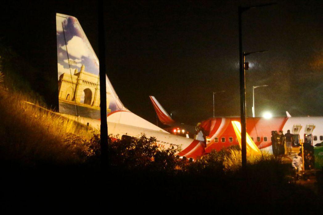 印度快運航空一架客機7日降落時發生意外,機身斷成兩截。法新社