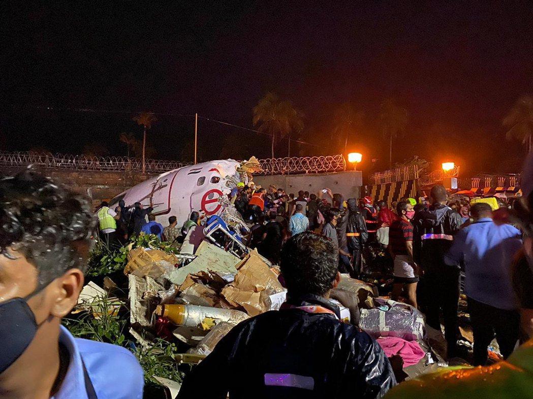 印度快運航空一架客機7日降落時發生意外,機身斷成兩截。歐新社