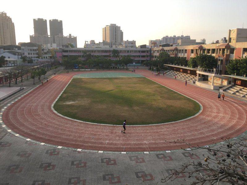 台南市協進國小操場完成PU跑道整建後,煥然一新,提供學生及社區居民更好的運動環境。圖/南市教育局提供