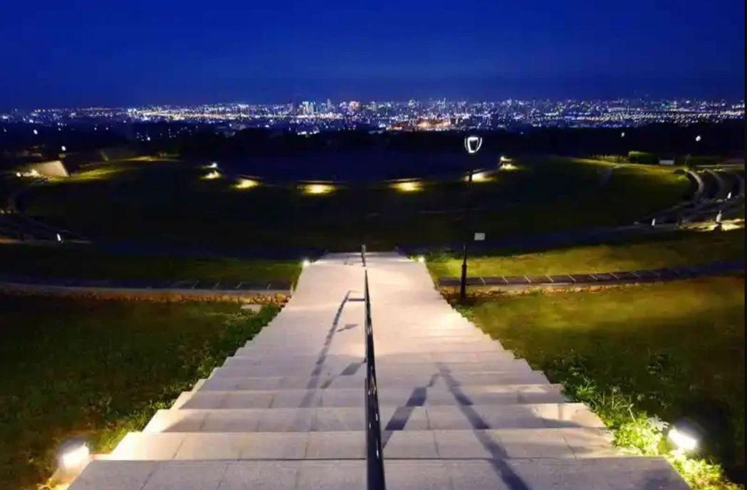 台中市建設局挹注千萬改造望高寮夜景公園,打造媲美日本北海道的「函館夜景」。圖/台...