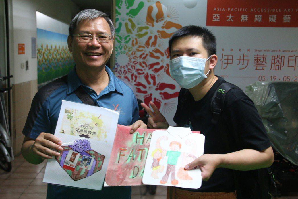 陳建標(左)收到中度自閉兒彥伯親手繪製的手工卡片,以及聽到他主動說出父親節快,相...