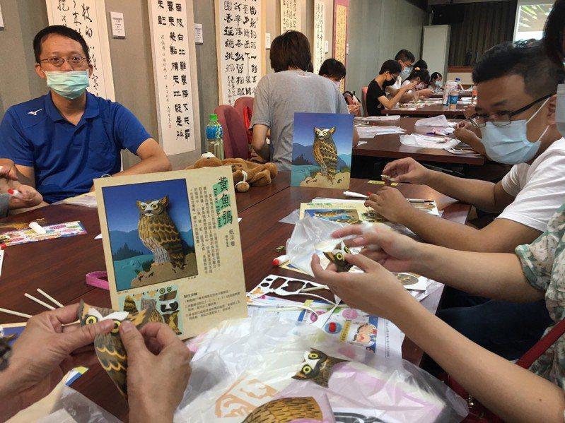 今天是8月8日父親節,60位親子在彰濱秀傳人文藝術館剪出「熊」愛88剪紙作品,還創作出台灣體型最大的貓頭鷹「黃魚鴞」紙浮雕,一起歡度父親節。記者劉明岩/攝影