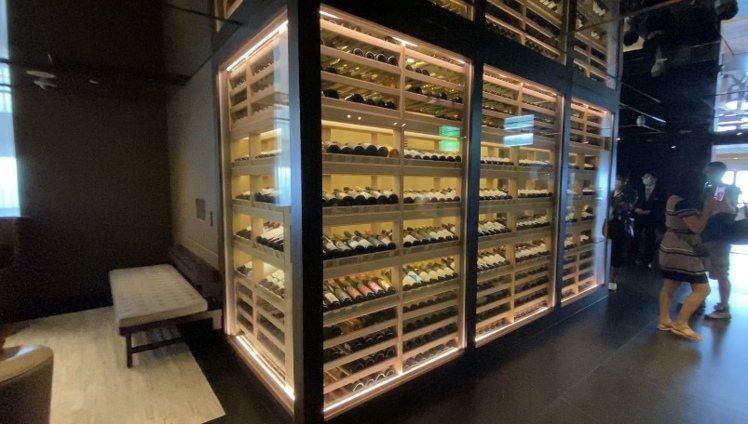 酒窖收藏逾300種酒款。記者羅建怡/攝影