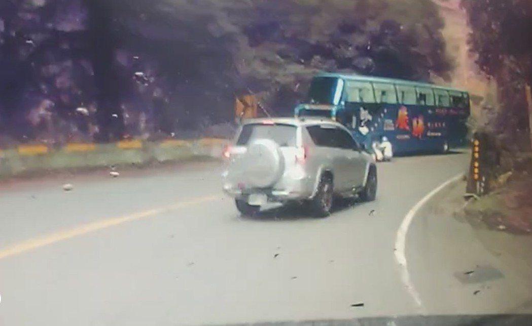黃姓機車騎士和乘客從溪頭下山,疑似沒有減速,過彎時機車打滑摔倒,連人帶車撞到對向...