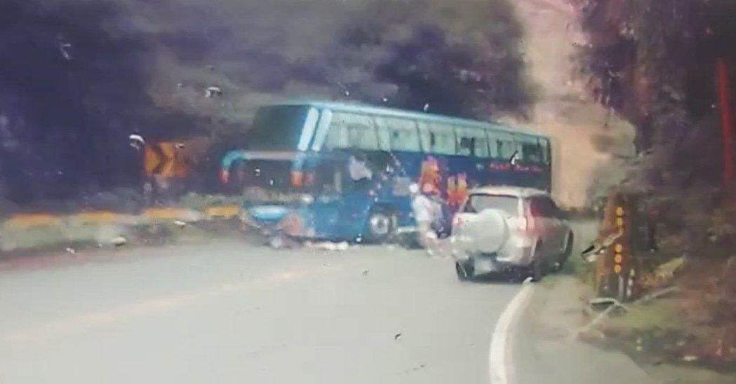 機車乘客被捲進遊覽車底下,黃姓騎士起身趕緊跑過去救人。圖/讀者提供