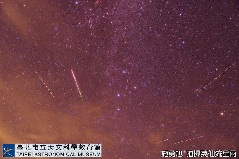 穿越秋季仙后座銀河的英仙流星雨。圖/施勇旭攝,台北市立天文館提供