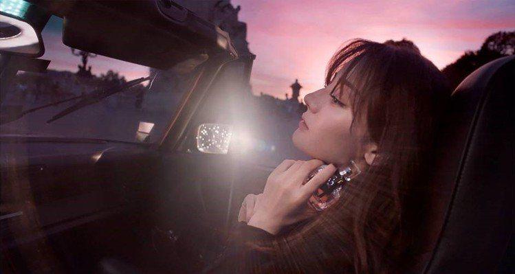迪麗熱巴與YSL合作操刀慾望巴黎淡香精夜幕版。圖/YSL提供
