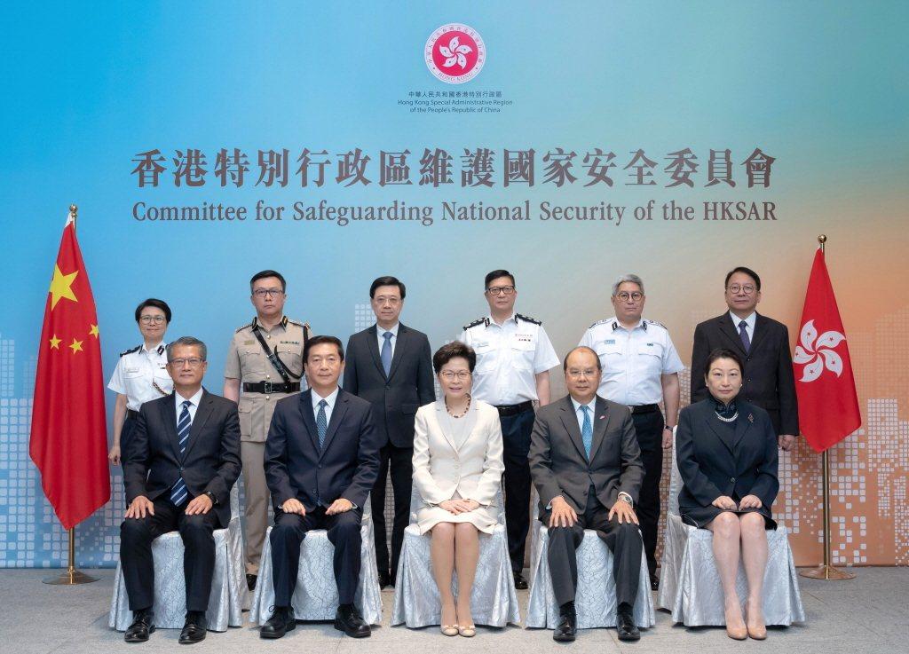香港國家安全委員會7月6日舉行首次會議,圖中多人包括:行政長官林鄭月娥(前排中)...