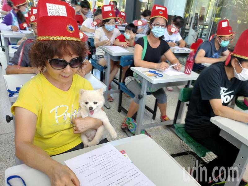 慶祝父親節,台東縣政府社會處今天舉辦性平大會考吸引不少銀髮族參與。記者羅紹平/攝影