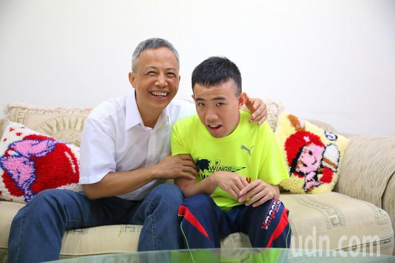 楊愷華照顧自閉症兒子楊名20多年,笑說兒子像天使一樣,是上天給他最好的禮物。記者王燕華/攝影