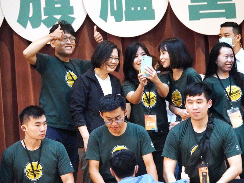 民進黨主席蔡英文日前出席「2020會做事!國務青旗艦營」結業式致詞,勉勵青年朋友不要怕犯錯。 本報資料照