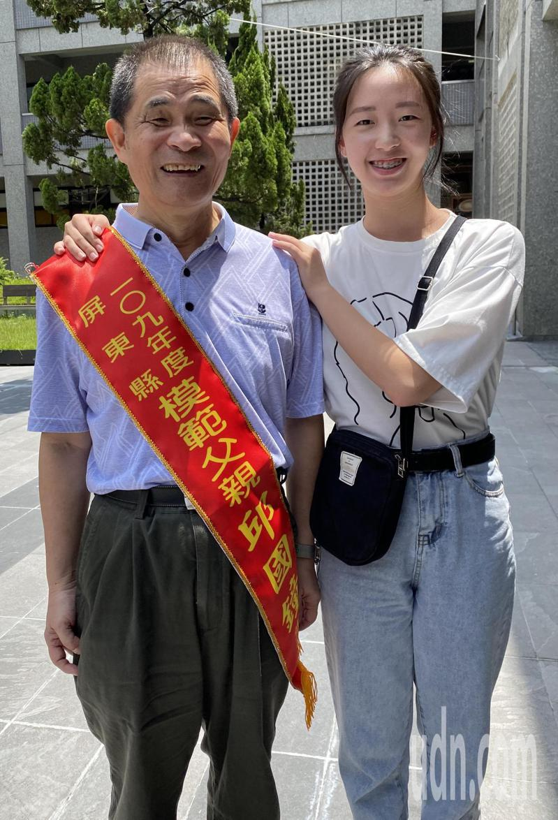 全台第一個盲人調音師邱國鐘獲模範父親表揚,他樂觀的說,要感謝女兒,讓他獲得模範父親殊榮,父女倆感情好。記者劉星君/攝影