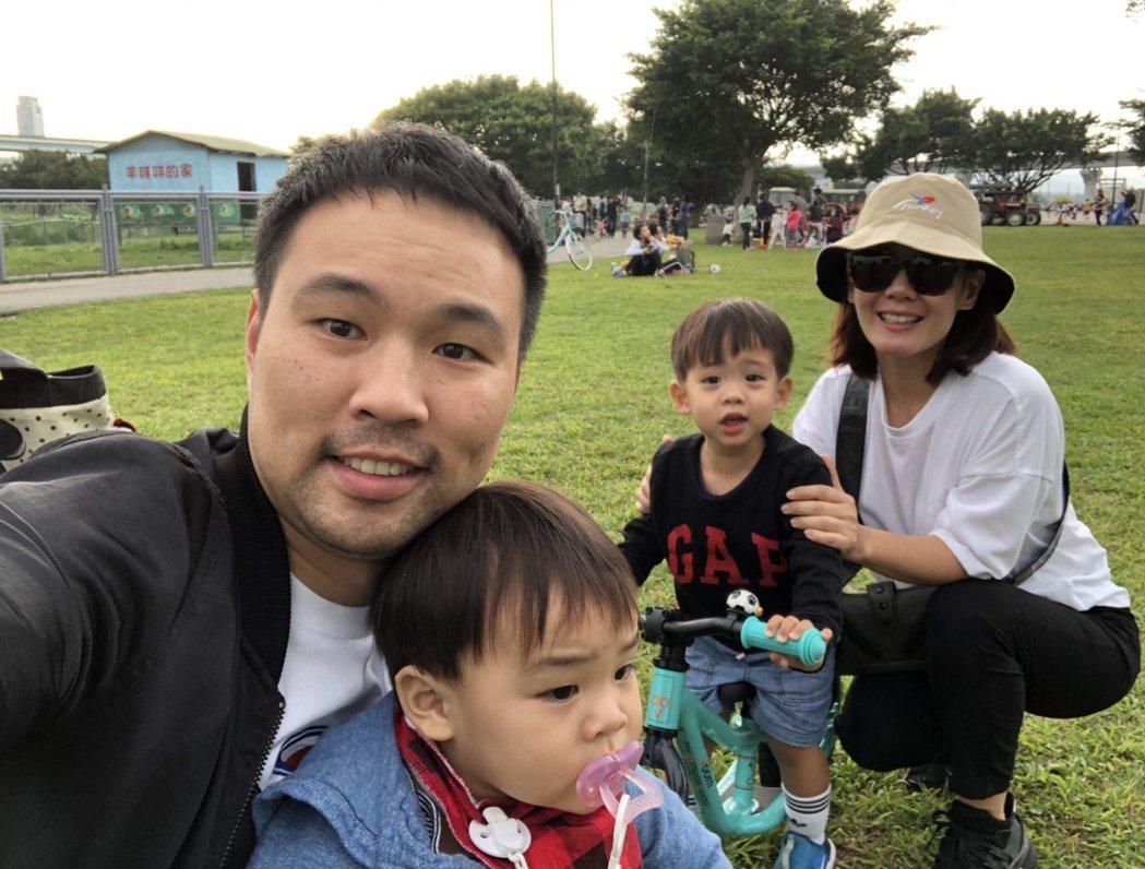陳威全(左起)、兒子咖哩、咖啡和老婆分Jenny。圖/上行娛樂提供