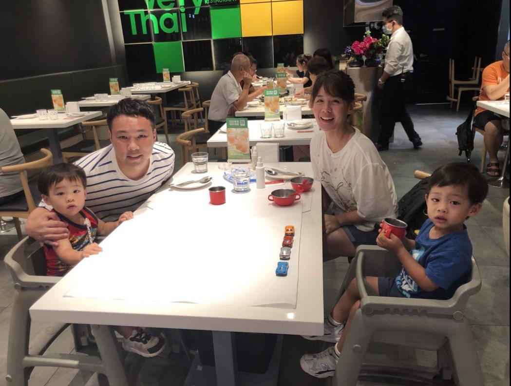 兒子咖哩(左起)、陳威全、Jenny和咖啡。圖/上行娛樂提供