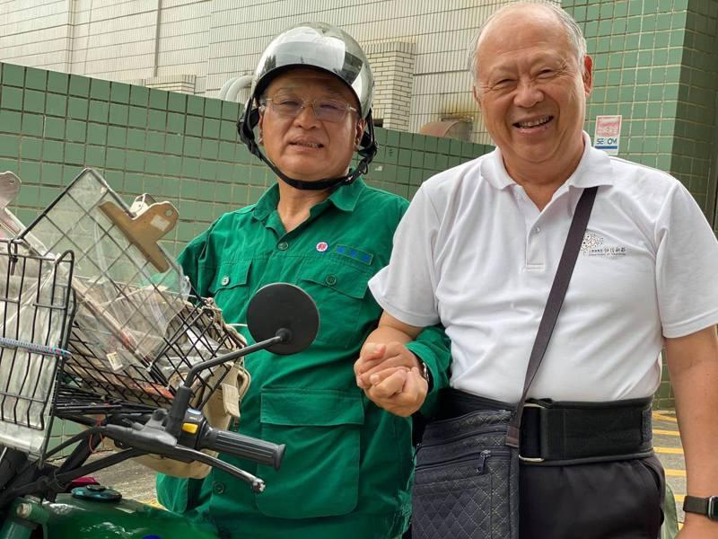 大林慈濟醫院失智症中心主任曹汶龍(右)與培訓的郵務士綠衣失智友善天使。圖/取自曹汶龍臉書
