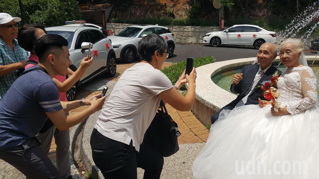 公館鄉詹添榮、徐秋枝夫婦年近90歲,是夫妻營最年長的一對,婚齡已66年,兩人今天...