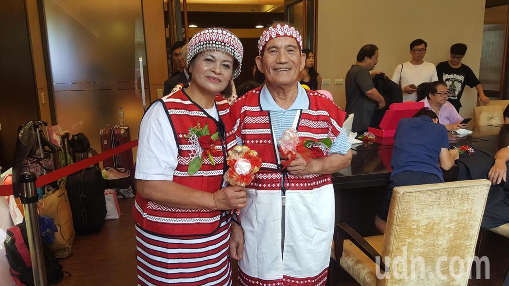 苗栗縣賽夏族工藝家潘三妹(左)與丈夫章阿茂牽手53年,兩人當年穿簡便的服裝結婚,...