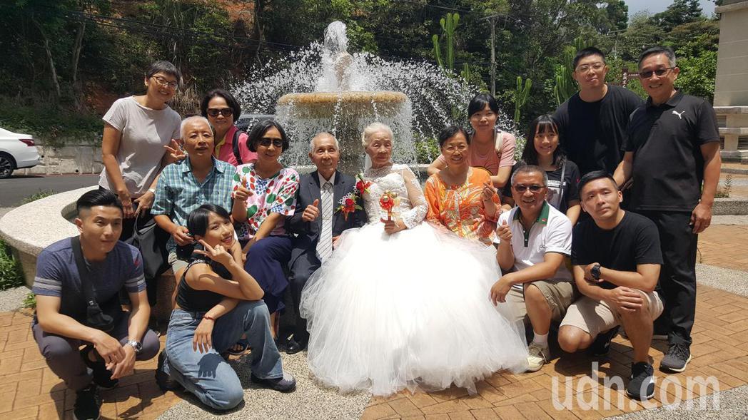 公館鄉詹添榮、徐秋枝夫婦年近90歲,是夫妻營最年長的一對,婚齡已66年。記者胡蓬...