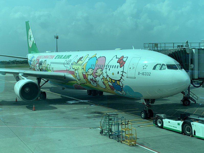 長榮航空類出國專案航班派出空中巴士A330-300型Hello Kitty夢想機,班號特別取為BR5288,諧音意為「我愛爸爸」。 記者楊文琪/攝影