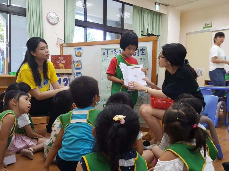 清大師資生設計很多互動好課程,讓小朋友可以學習英文,培養國際觀。圖/古寧國小提供