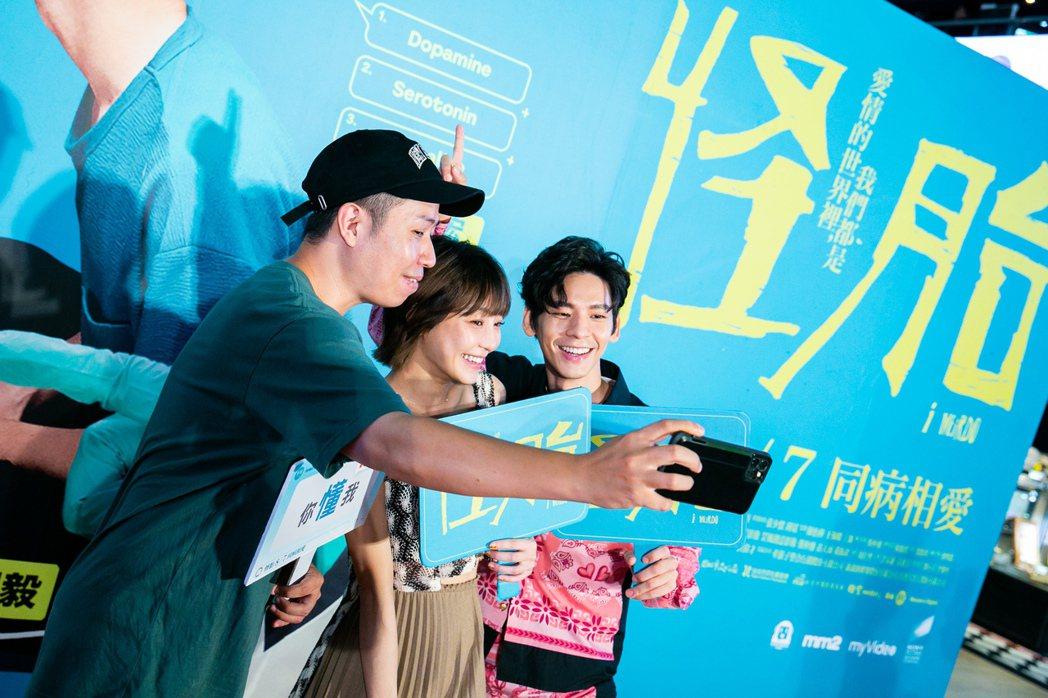 「怪胎」導演廖明毅(左起)、謝欣穎以及林柏宏出席影迷見面會。圖/牽猴子提供